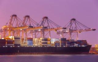 Gruas en un puerto marítimo